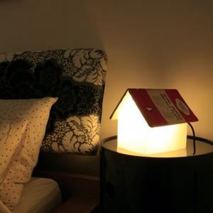 bokstöd i form av en lampa