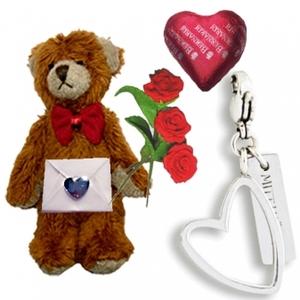 Nalle med hjärtberlock, choklad och miniatyrer