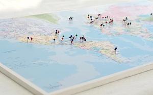 pinaround världskarta med nålar